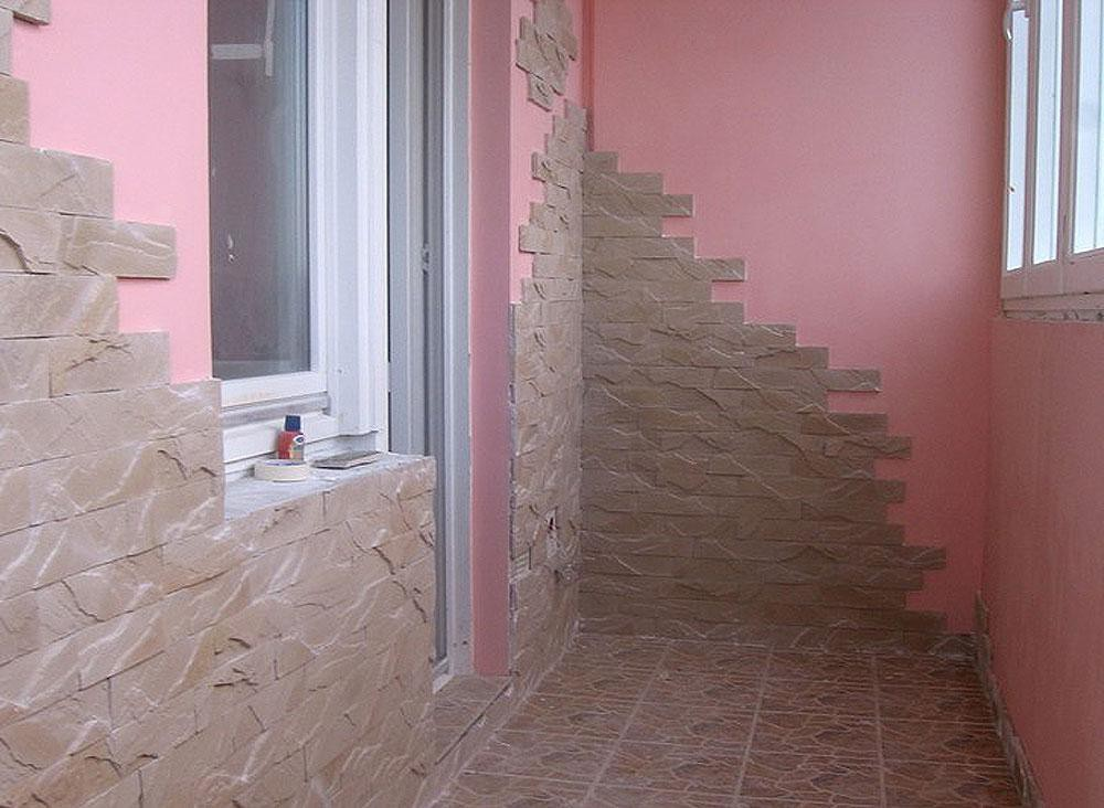 Примеры обшивки балконов и лоджий плиткой и камнем.