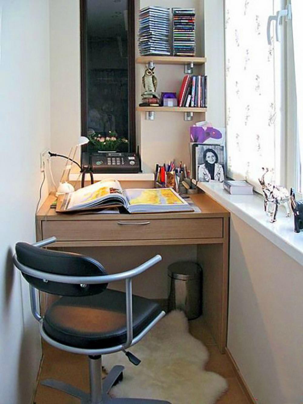 Компьютерный столик для ноутбука на лоджию.