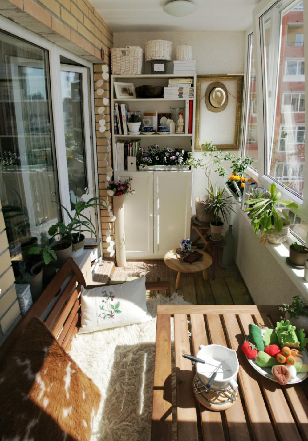 Как обустроить застекленный балкон: 10 шагов к созданию жило.