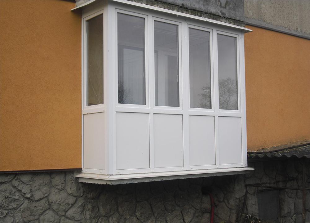 Французское остекление балкона от пола до потолка.